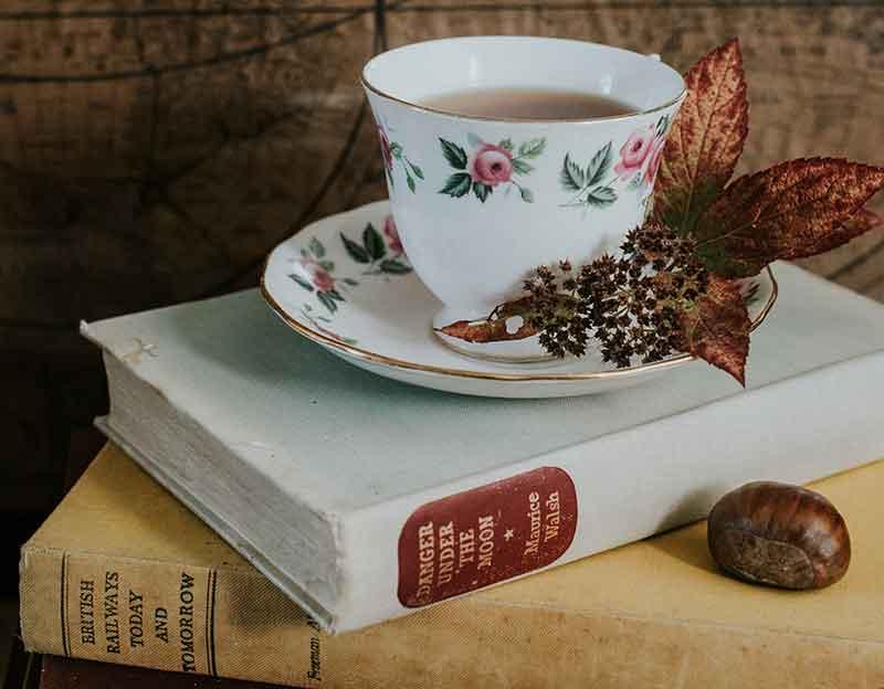 Eine Tasse Tee und ein Buch zum Einschlafen